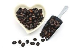 Взгляд сверху кофейного зерна в форме сердца и ветроуловителя для валентинки f Стоковые Изображения RF