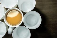 Взгляд сверху кофейной чашки и опорожняет белые стекла Стоковая Фотография RF