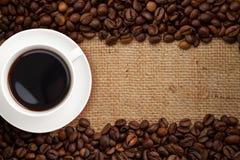 взгляд сверху кофейной чашки мешковины предпосылки Стоковые Изображения
