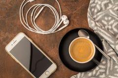 Взгляд сверху кофейной чашки с мобильным телефоном и наушниками на rusti Стоковая Фотография RF