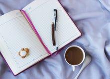 Взгляд сверху кофе и дневника Стоковое Изображение