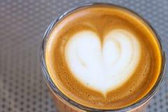 Взгляд сверху кофе cortado в стекле с пеной в форме сердца Стоковое Изображение