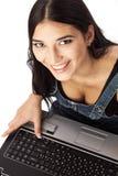 Взгляд сверху красивейшей женщины работая на компьтер-книжке Стоковая Фотография