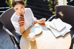 Взгляд сверху красивой женщины есть круассан в кафе Стоковое Изображение RF