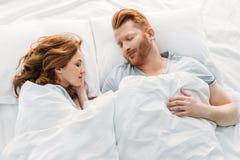 взгляд сверху красивых красных с волосами пар спать совместно стоковые изображения rf