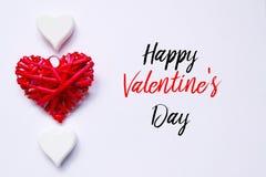 Взгляд сверху красного и белого сердца деревянного handcraft на белой предпосылке написанной с счастливым Valentine& x27; день s стоковые фото