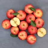 Взгляд сверху красного цвета шифера квадрата плодоовощей плодоовощ яблока яблок Стоковое Фото