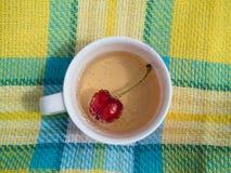 Взгляд сверху красной вишни в питье с винтажной предпосылкой Стоковое Изображение