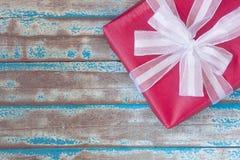 Взгляд сверху красной подарочной коробки и белой ленты Стоковые Фотографии RF