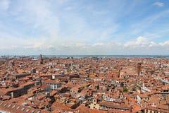 Взгляд сверху красных крыть черепицей черепицей крыш Венеции Италии стоковое изображение