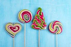 Взгляд сверху красочной конфеты Нового Года или рождества серия lollipops еды предпосылки стоковое фото