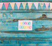 взгляд сверху красочной счастливой поздравительной открытки пасхи на сини стоковое фото