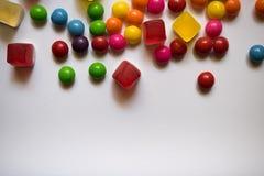 Взгляд сверху красочных конфет трудных и студня на белой предпосылке с космосом экземпляра стоковая фотография