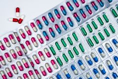 Взгляд сверху красочных пилюлек капсулы в пакете волдыря аранжировало с красивой картиной Фармацевтическая упаковка Медицина для  стоковые фото