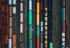 Взгляд сверху красочных поездов груза вид с воздуха Стоковое Фото
