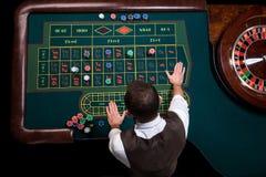 Взгляд сверху крупье казино и зеленой таблицы рулетки Ga стоковые фото