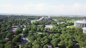 Взгляд сверху курорта парка видео Взгляд сверху парка в тропике Красивый тропический парк в рекреационной зоне стоковые фотографии rf
