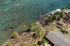 Взгляд сверху к каменному берегу океана Стоковые Изображения RF