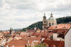 Взгляд сверху к крышам красной плитки города Праги стоковые изображения rf