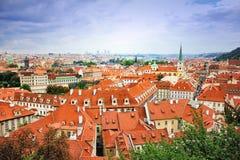 Взгляд сверху к крышам красной плитки чехии города Праги Типичные дома Праги Широкоформатная панорама Стоковая Фотография