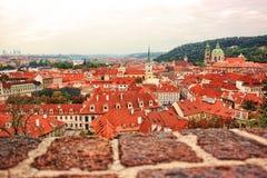 Взгляд сверху к крышам красной плитки чехии города Праги Типичные дома Праги Стоковое Изображение
