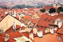 Взгляд сверху к крышам красной плитки чехии города Праги Типичные дома Праги Стоковое фото RF