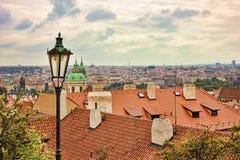 Взгляд сверху к крышам красной плитки чехии города Праги Типичные дома Праги Стоковые Изображения