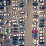 Взгляд сверху к рядам голов-в припаркованных автомобилей Сквозная стоянка Курсировать для парковки Безотказная навигация внутри стоковые фотографии rf