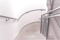 Взгляд сверху лестницы здания стоковые фотографии rf