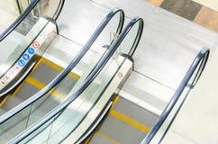 Взгляд сверху лестницы эскалаторов стоковые фото