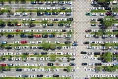 Взгляд сверху линейной автостоянки автомобиля и зеленые линии в Шэньчжэне, Chin стоковые фотографии rf