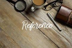 Взгляд сверху лупы, чашки чая молока, eyeglasses, тетради и ручки на деревянной предпосылке написанной с ССЫЛКОЙ стоковые изображения rf