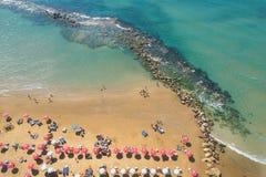 Взгляд сверху людей на песчаном пляже с loungers солнца море дороги к Стоковое фото RF