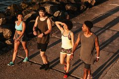 Взгляд сверху 4 людей фитнеса идя на пристань Стоковая Фотография RF