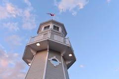 Взгляд сверху маяка на lightblue предпосылке облаков неба и мадженты, на озере Buena Vista стоковые фото