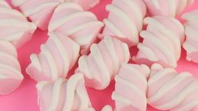 Взгляд сверху много различный переплетенный зефир на розовой предпосылке Концепция еды зимы акции видеоматериалы