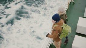 Взгляд сверху молодых пар путешествуя на шлюпке скорости Человек и женщина наслаждаясь красивым ландшафтом моря сток-видео