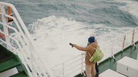 Взгляд сверху молодых пар стоя на доске корабля Человек и женщина с рюкзаками исследуя Исландию видеоматериал