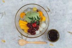 Взгляд сверху мороженого зеленого чая Matcha служило с плодоовощ jack, lychee, апельсином, студнем кокоса и затиром красной фасол Стоковые Изображения RF