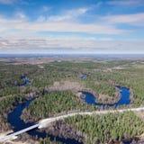 Взгляд сверху мост через малое реку леса стоковое изображение rf