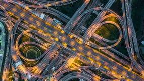 Взгляд сверху над шоссе, скоростной дорогой и шоссе на ноче, Aeri Стоковые Фото