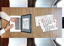 Взгляд сверху сверху на бизнесмене работая на ноутбуке стоковая фотография