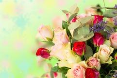 Взгляд сверху на букете пинка, красных розах на красочной предпосылке стоковые фото