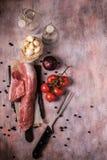 Взгляд сверху на винтажной доске с tenderloin свинины и другими ингридиентами Стоковая Фотография