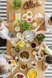 Взгляд сверху на детях есть здоровую еду во время birthda ` s друга стоковое изображение rf