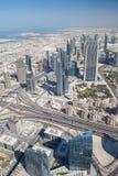 Взгляд сверху на Дубай городском от самого высокорослого здания в Стоковое фото RF