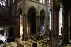 Взгляд сверху на интерьере большой нео готической catolic церков в Кито эквадоре стоковые изображения