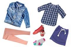 Взгляд сверху на наборе девушки ребенка одежд Коллаж одежды одеяния Юбки, тапка, джинсы, куртка, брюки и рубашка изолированные да стоковые фото