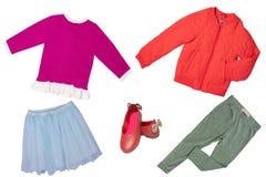 Взгляд сверху на наборе девушки ребенка одежд Коллаж одежды одеяния Юбки, тапка, куртка, рубашка и брюки изолированные на a стоковое изображение rf