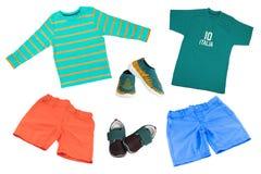 Взгляд сверху на наборе мальчика ребенка одежд Коллаж одежды одеяния Короткие брюки, рубашка, ботинки и тапка изолированные на бе стоковое изображение rf